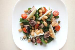 Слейте жидкость с каперсов и фасоли, распределите на тарелке с салатом поверх остальных ингредиентов.