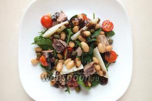 Полейте салат заправкой, поперчите. Если нужно, немного посолите и можно подавать салат на стол. Приятного аппетита!