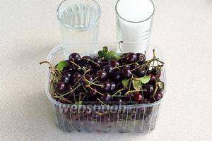 Для приготовления варенья нужно взять спелые вишни, сахар и воду.