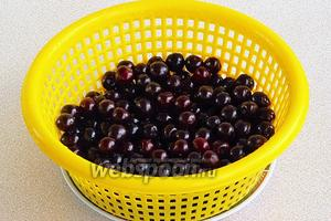 Вишни очистить от плодоножек, вымыть и обсушить.