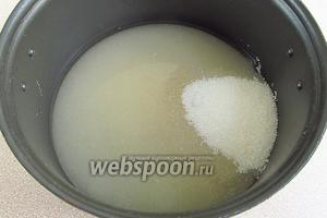 Сахар растворить в горячей воде, довести до кипения при постоянном помешивании и прокипятить в течение 2–3 минут.