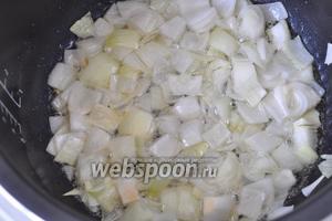 Затем рульку вынимаем, а в масло кладём крупно порезанный лук, чеснок и продолжаем жарить.