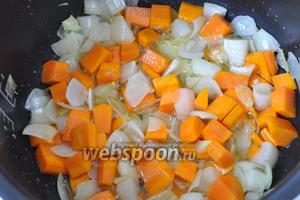 Добавляем крупно нарезанную морковь и обжариваем вместе с луком.