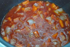 Добавляем томатный соус, перемешиваем, даём закипеть.