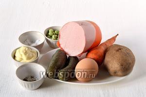 Для приготовления салата «Оливье» нам понадобится докторская колбаса, яйца куриные, картофель, морковь, солёные огурцы, консервированный горошек, лук, соль, перец, майонез.