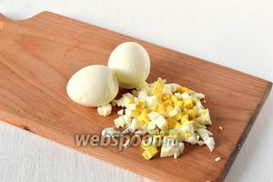 5 яиц отварить в подсоленной воде 7-8 минут. Охладить в холодной воде. Очистить. Порезать мелким кубиком.