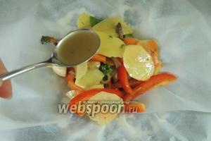 Кладём на бумагу 1/4 часть овощей и 1 ст. л. сока из овощей.