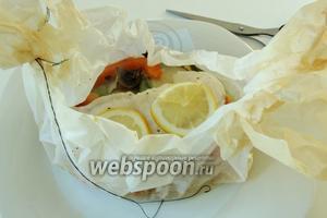 Готовим филе в заранее разогретой духовке при 200°С около 30 минут. Мешочки подаём на тарелке порционно. Открываем и приятного аппетита!