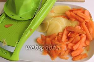 Очистим картофель и морковь. Нарежем их дольками шириной тоже около 5 мм.