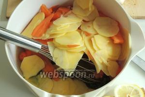 Добавим картофель и морковь.