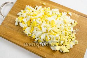 Готовые яйца нарубить кубиком.