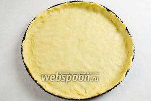 Стенки и дно формы смазать сливочным маслом. Выложить тесто, распределив по форме.