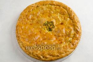 Пирог выложить на блюдо. Нарезать порциями. Подавать к завтраку или обеду.