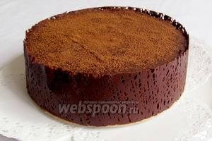 Снять пергамент с застывшей ленты, посыпать верх какао и украсить по желанию. Мне пригодились шоколадные фигурки. Торт-десерт готов!