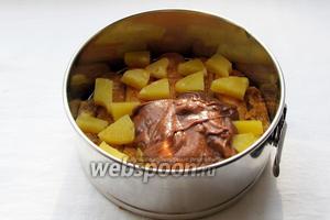 Сверху произвольно выложить нарезанные кусочки ананаса, затем —крем.