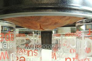 Выпекаем в заранее разогретой до 180°С в нижней половине духовки около 30 минут. Проба на сухую палочку. Сразу ставим бисквит в форме «вниз головой» на 4 стакана до полного остывания. Таким образом бисквит сохраняет форму, не оседает и не получает больших «морщин».