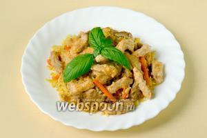 Сочная подливка с мясом отлично сочетается с любым гарниром. У меня пряный рис с морковью.