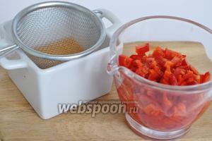 Из перцев слить жидкость, оставить примерно 4 столовые ложки.
