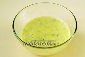 Взбиваем смесь блендером, твердые частички соуса дополнительно измельчатся, и соус будет более однородным.