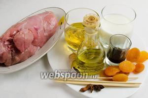 Чтобы приготовить закуску, нужно взять филе индюшиное, курагу, сок яблочный, йогурт, масло подсолнечное, соевый соус, имбирь свежий 1 см, бадьян, соль, перец; шпажки.