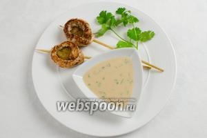 Шашлычки подавать с соусом и зеленью к обеду.