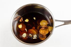 Чеснок, имбирь почистить, нарезать кусочками. В сотейник налить яблочный сок, добавить соевый соус, нарезанные чеснок и имбирь, бадьян. Поставить на огонь. Вымыть курагу. Добавить в кастрюлю. Варить после закипания в течение 10 минут.