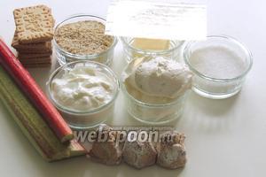 Подготовим ингредиенты: стебли ревеня, клубнику, сливочное печенье, миндальную крошку, масло, сахар, ванильный сахар, желатин в пластинах, творог, сыр Маскарпоне, миндальное печенье Амаретти.