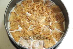 Миндальное печенье Амаретти нарежем дольками и выкладываем на суфле, немного придавливая.