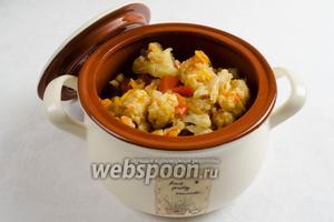 Готовую цветную капусту с овощами выложить в кастрюлю. Заправить сванской солью. Подавать к обеду в тёплом и холодном виде.