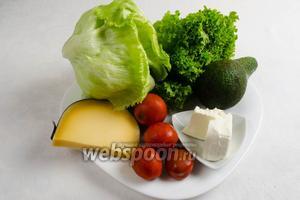 Подготовить зелёный салат двух видов, авокадо, сыр Фета и Старый Олендер (в оригинале сыр с плесенью), помидоры.
