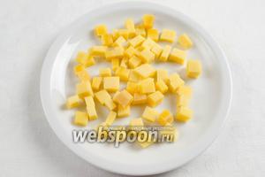 Сыр нарезать мелким кубиком.
