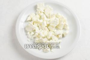 Сыр фета нарезать кубиком.