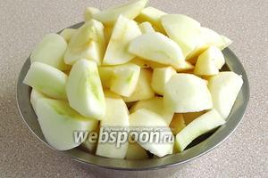 Яблоки вымыть, очистить от кожицы и семян и нарезать тонкими ломтиками.