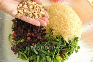 Добавим рис, изюм и растёртые, но не очень мелко, орехи.