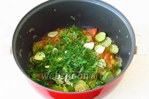 За 2–3 минуты до готовности добавить рубленую зелень, чеснок и уксус.