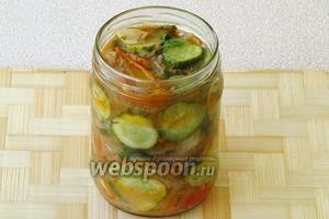 Готовый салат в горячем виде расфасовать в стерилизованные банки ёмкостью 0,5 л.