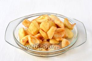 Яблоки (3 кг) очистить от сердцевинок и шкурки.