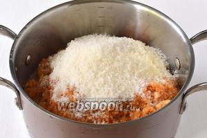 В кастрюле соединить яблоки, воду (100 мл) и сахар (300 г).