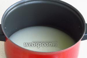 Отцеженную воду довести до кипения и всыпать в неё сахар.