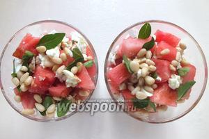 Полейте заправкой салат, посыпьте орешками, украсьте зеленью. Уберите салат на 15 минут в холодильник, затем подавайте к столу. Приятного аппетита!