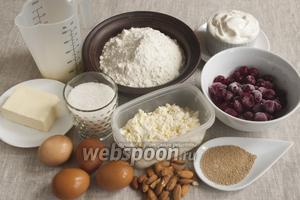 Подготовить муку, молоко, сливочное масло, яйца, сахар, творог, сметану, вишни, дрожжи и миндаль.