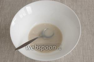 Дрожжи развести в половине тёплого молока, добавить по 0,5 ст. л. муки и сахара. Дать подойти в тёплом месте 15 минут, накрыв салфеткой.