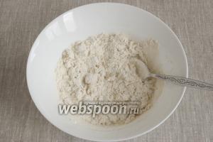 Добавить 230 г муки, щепотку соли, 15 г сахара, 1 некрупное яйцо, оставшееся тёплое молоко и 30 г мягкого сливочного масла.