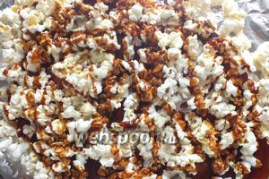 Тонкой струйкой вылейте карамель на попкорн и дайте ей полностью застыть.