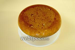 Готовый пирог извлекаем с помощью пароварки и на ней же можно остудить.