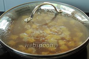 Накроем крышкой и на малом огне томим около 20 минут до готовности риса.