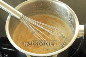 Теперь этот соус вскипятим и на среднем огне проварим около 10 минут, постоянно помешивая.