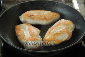 На последнем этапе поджарим филе на горячем масле по 4 минуты с каждой стороны. Солим, перчим по вкусу.