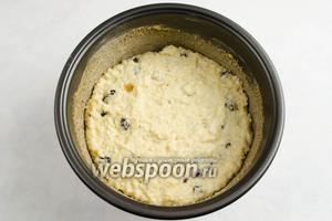 Чашу мультиварки смазать сливочным маслом. Посыпать панировочными сухарями. Выложить готовую кашу с добавками. Закрыть крышку. Включить режим приготовления «Выпечка». Установить время 55 минут. Включить «Старт». После сигнала остудить пирог в чаше.