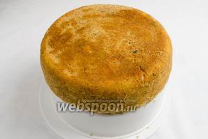 С помощью корзинки для варки на пару вынуть остывший пирог. Пирог полить вареньем. Подать к столу.
